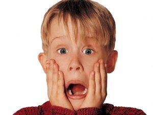 Macaulay-Culkin-con-las-manos-en-la-cara-y-la-boca-abierta-de-sorpresa-en-la-pelicula-Solo-en-Casa
